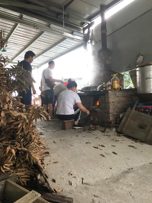 公司团建柴火煮食活动