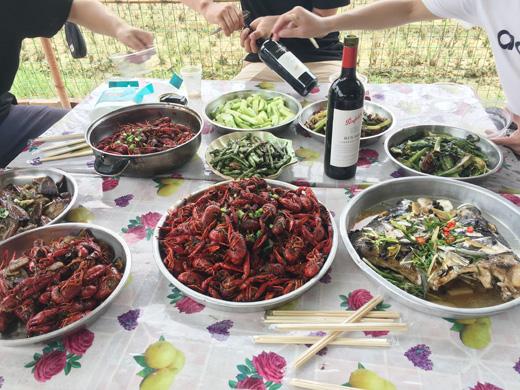 红酒配小龙虾