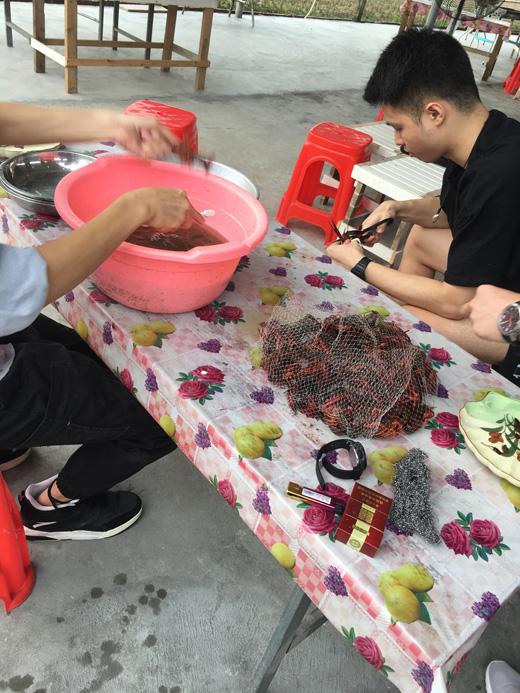 洗刷小龙虾