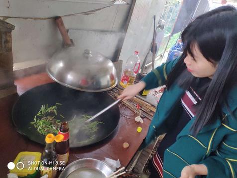 大灶铁锅炒蒜薹